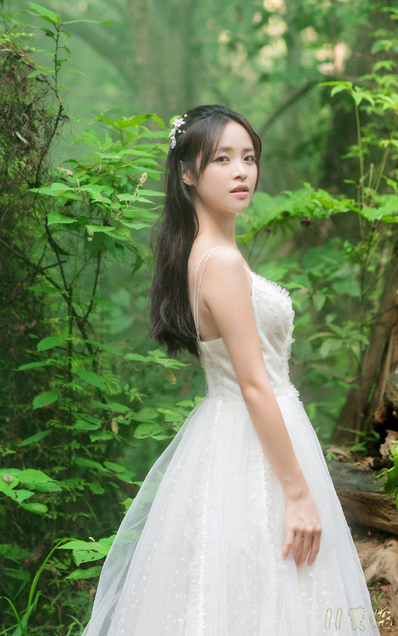 美女配上洁白婚纱让人情不自禁的喜欢。。
